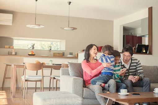 ご家族とのリラックスした雰囲気のリビングルーム - 30代のストックフォトや画像を多数ご用意