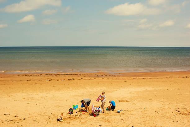 Familie entspannend am Strand in Prince Edward Island – Foto