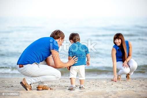 istock Family resting on the sea 612498650