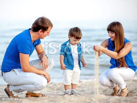 istock Family resting on the sea 612501184