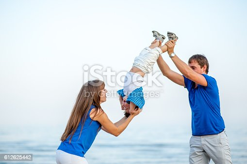 istock Family resting on the sea. 612625442