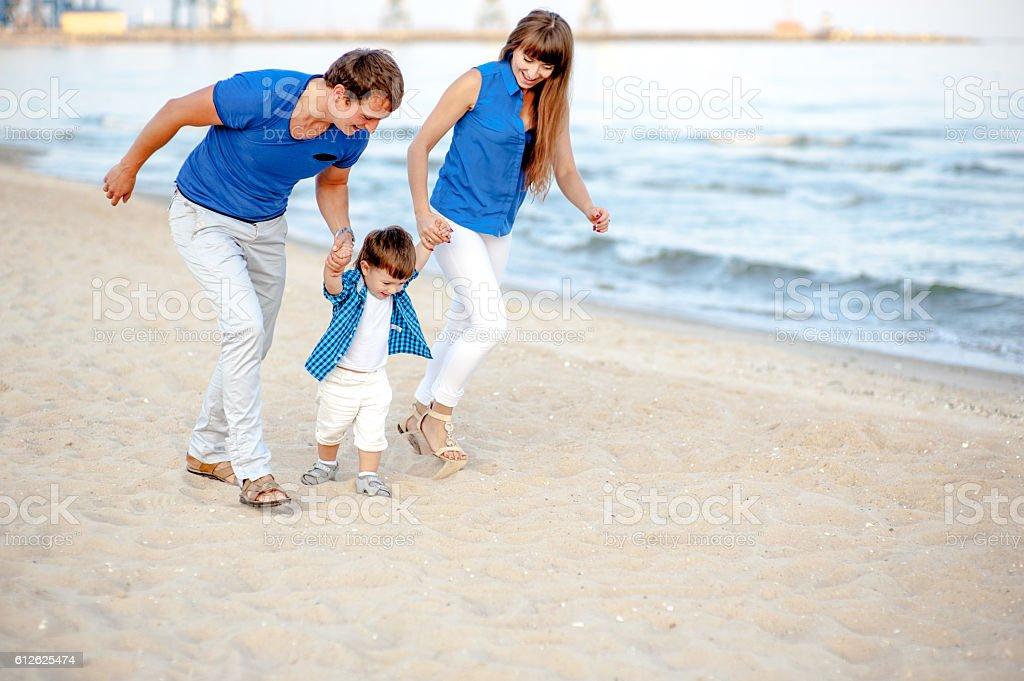 Family resting on the sea. - foto de acervo
