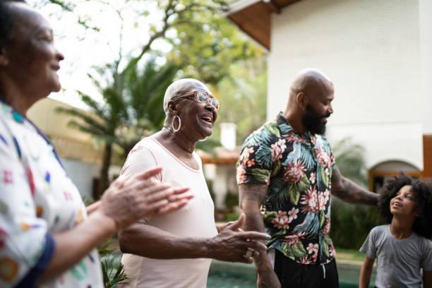 가족이 다시 만났고 뒤뜰에서 노래를 부른다. - 남미 문화 뉴스 사진 이미지