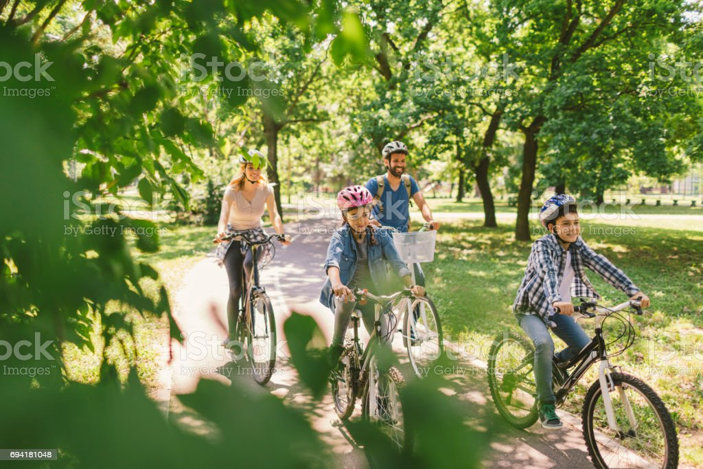 Family riding bicycle – zdjęcie