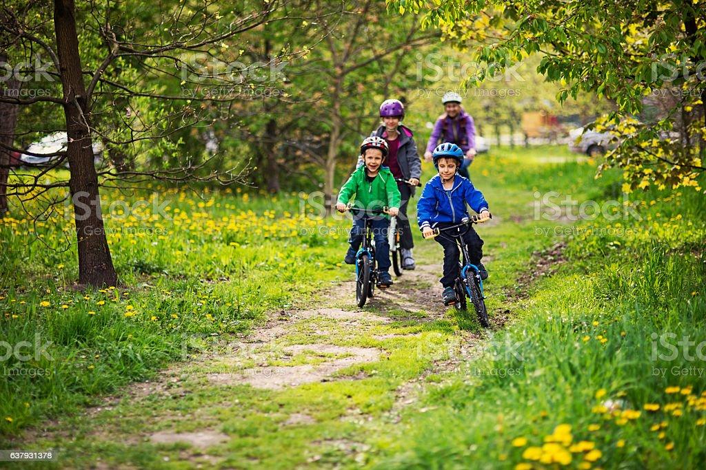 Famiglia biciclette equitazione nel parco - foto stock