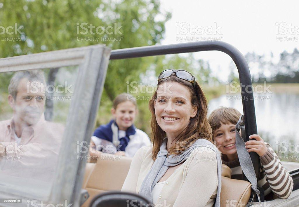 Famille équitation en jeep photo libre de droits