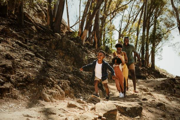 familie läuft felsigen weg - im freien stock-fotos und bilder