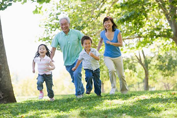 ご家族でのランニングで公園 - 家族 日本人 ストックフォトと画像