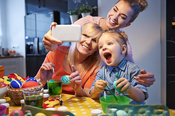 família selfie com ovos de páscoa - familia pascoa - fotografias e filmes do acervo