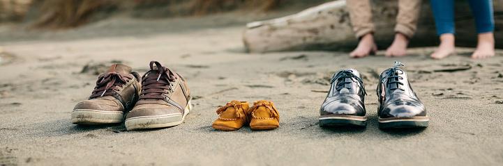 모래에 가족 신발 2명에 대한 스톡 사진 및 기타 이미지