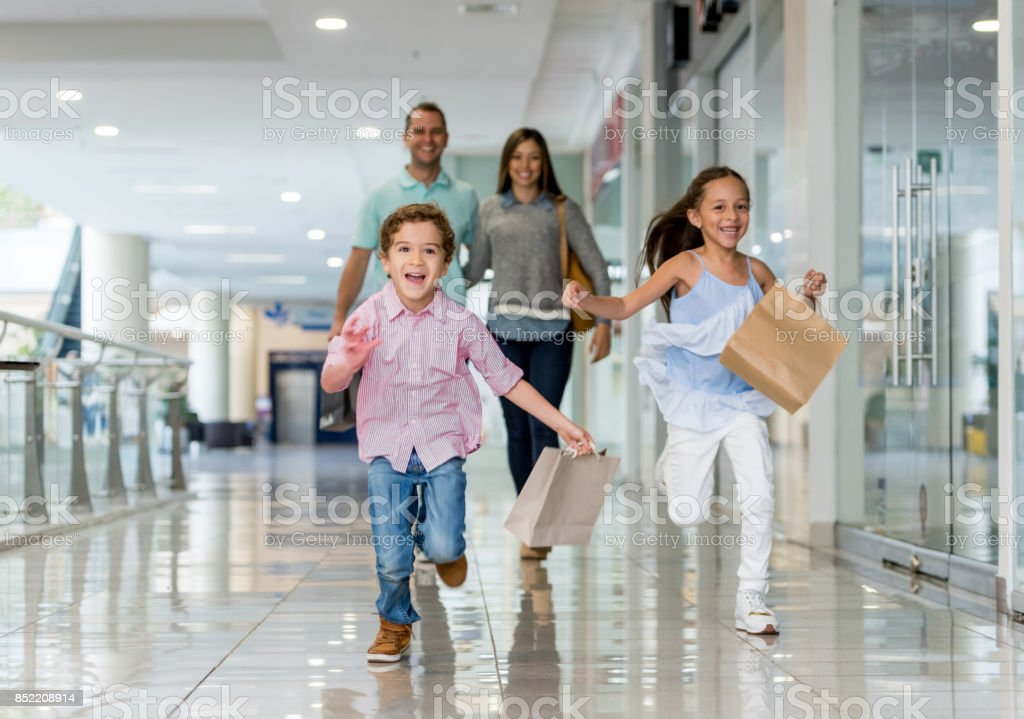 Familie einkaufen und läuft auf die Kamera in der mall – Foto