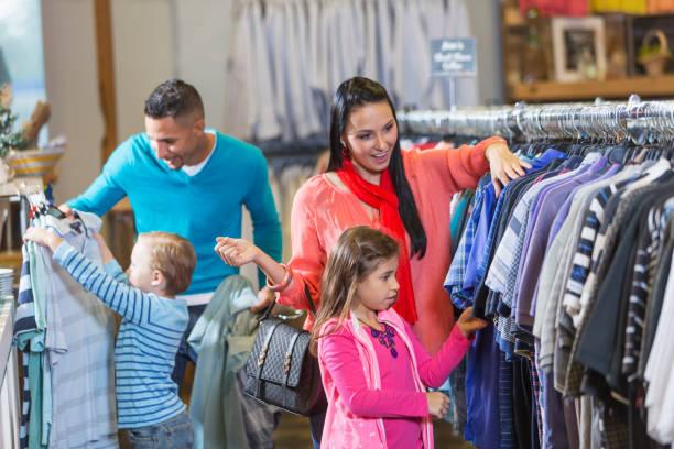 familie, einkaufen in bekleidungsgeschäft - uhrenhalter stock-fotos und bilder