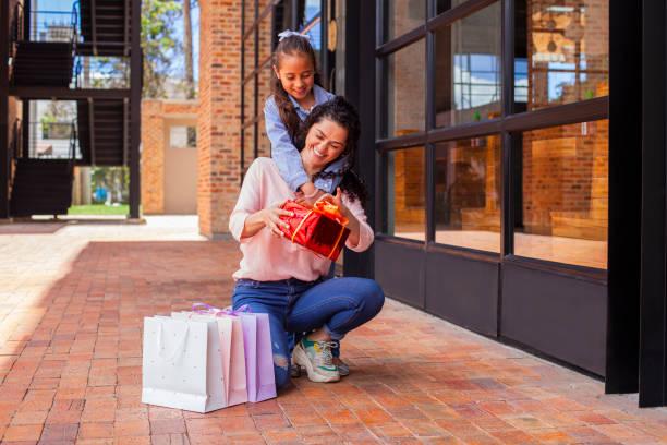 aile alışverişi - gif stok fotoğraflar ve resimler