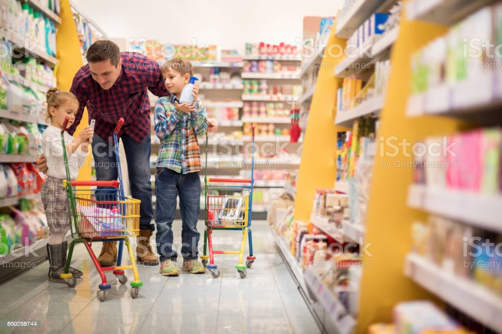 Famiglia shopping  - foto stock
