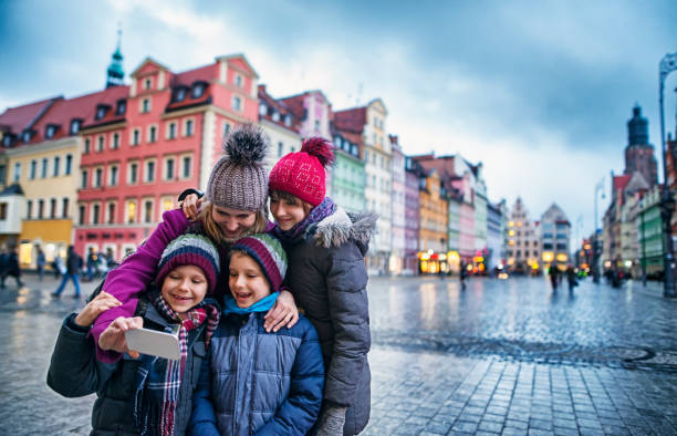 familie sightseeing breslau im herbst - städtetrip stock-fotos und bilder