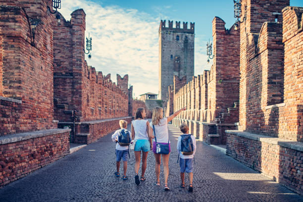 family sightseeing verona, italy - europe points imagens e fotografias de stock