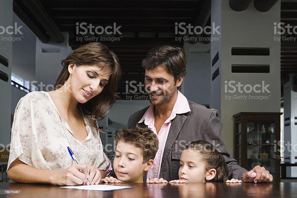 Família iniciar sessão no hotel foto de stock royalty-free