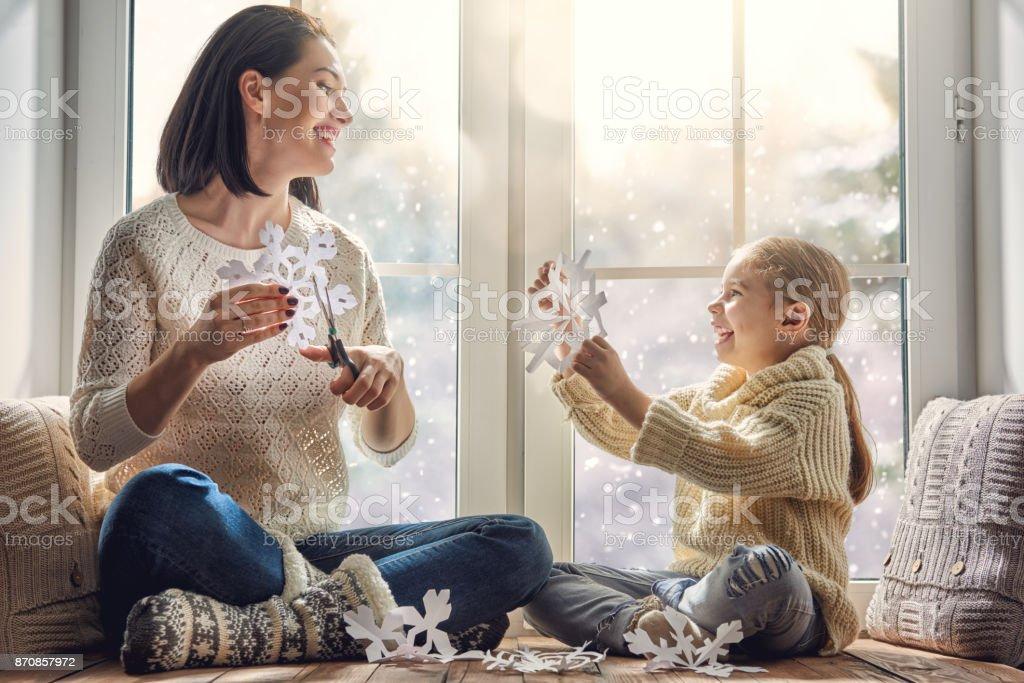 familjen sitter vid fönstret - Royaltyfri Barn Bildbanksbilder