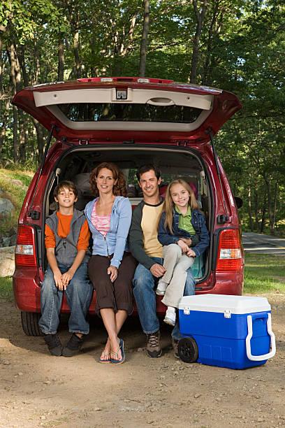 familie sitzen auf der rückseite des autos. - kombi stock-fotos und bilder
