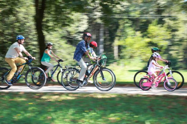 Famille assis sur le vélo - Photo