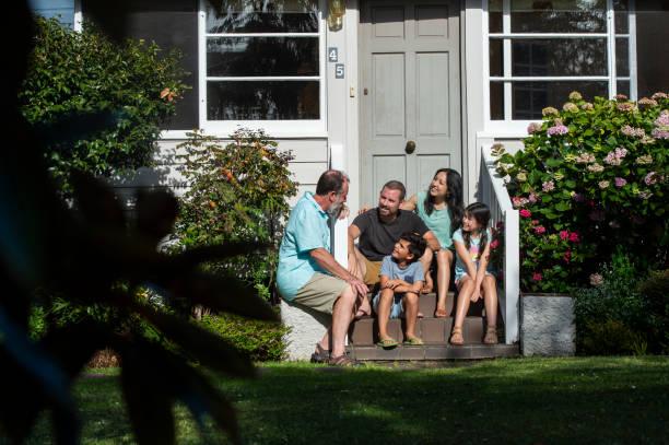Familie sitzt auf der Veranda – Foto
