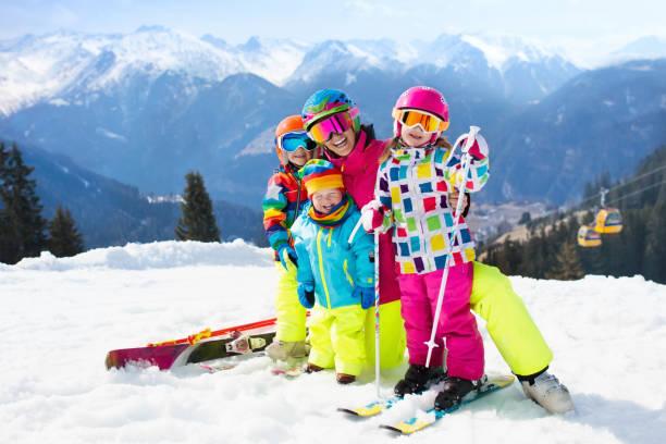 familjens skidsemester. vinter snö sport för barn. - winter austria train bildbanksfoton och bilder