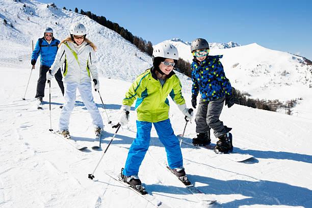 skifahren mit der familie in urlaub - französisch übungen stock-fotos und bilder