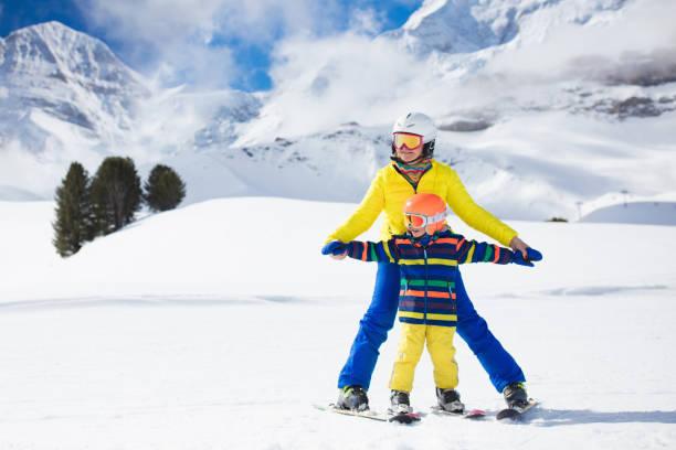 familjen skidåkning i bergen. mor och barn ski. - winter austria train bildbanksfoton och bilder