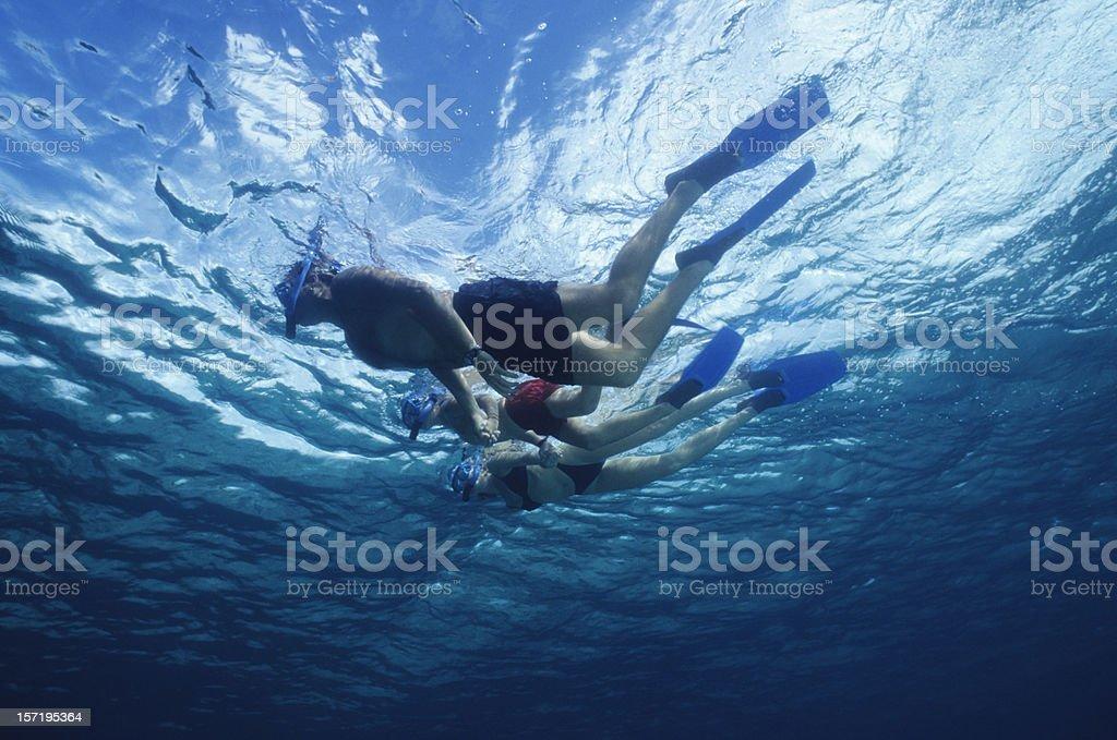 Familie Gehen im blauen Wasser – Foto