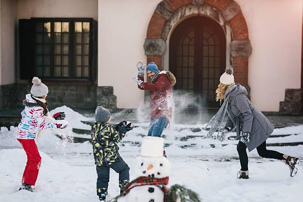 familie schneeballschlacht - schneespiele stock-fotos und bilder