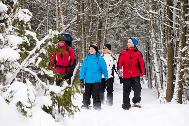 family snowshoes in snow in canada - raquette photos et images de collection