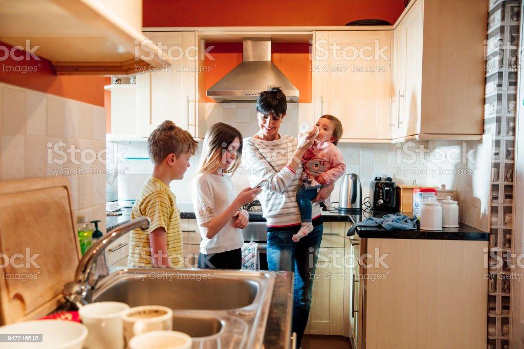 Famille de socialisation dans la cuisine - Photo