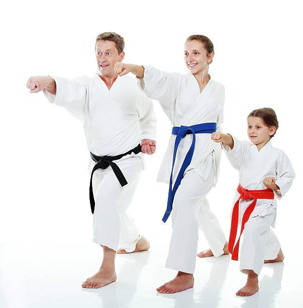 Famille sportifs dans un kimono beat punch bras - Photo