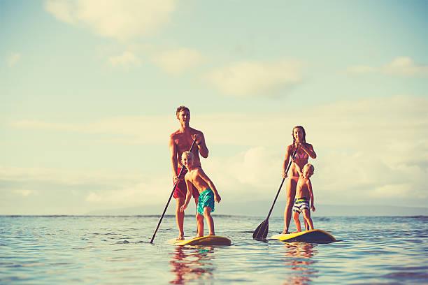 familie stand-up-paddling - stehpaddeln stock-fotos und bilder
