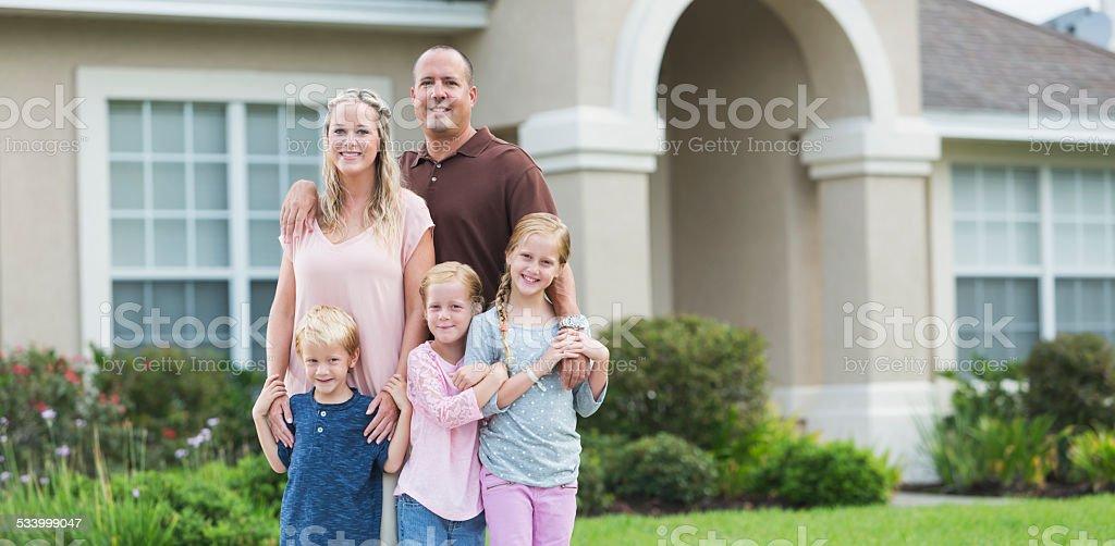 Familie stehen in der Garten von zu Hause – Foto