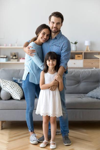Familien stehen im Wohnzimmer umfassenden Blick in die Kamera – Foto