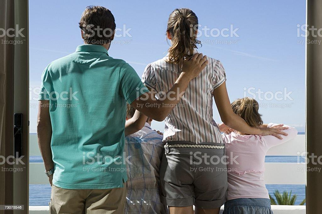 Família de pé em uma Varanda foto de stock royalty-free