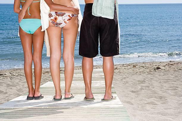 Familie stehen am Strand – Foto