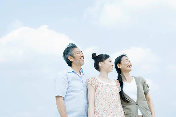 ご家族には、バックに立つスカイ - 母娘 笑顔 日本人 ストックフォトと画像