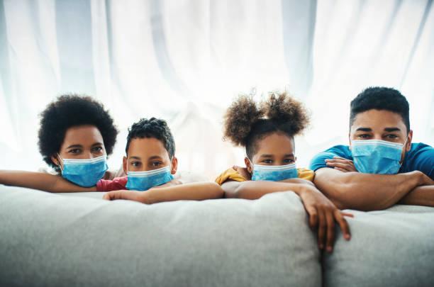 Familie zu Hause während Coronavirus. – Foto