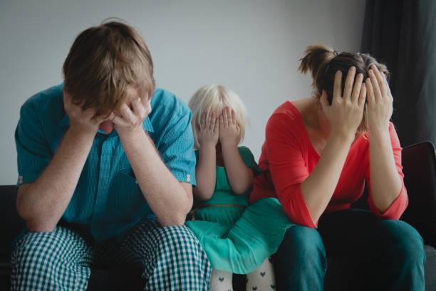 Familienstress, Mama, Vater und Kind in Schwierigkeiten – Foto