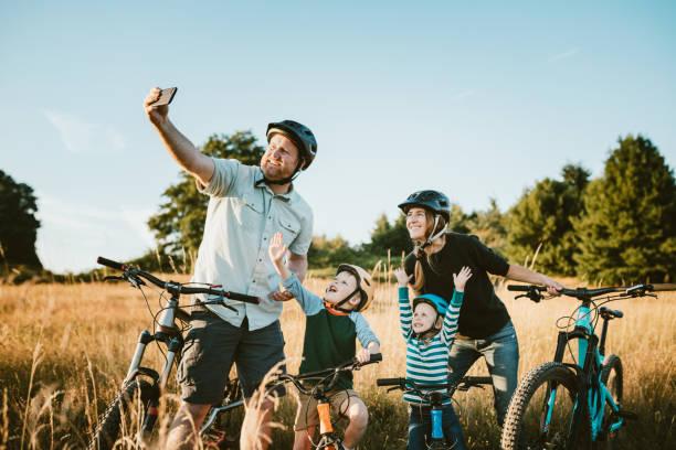 Familie nimmt Selfie Mountain Bike zusammen am sonnigen Tag – Foto