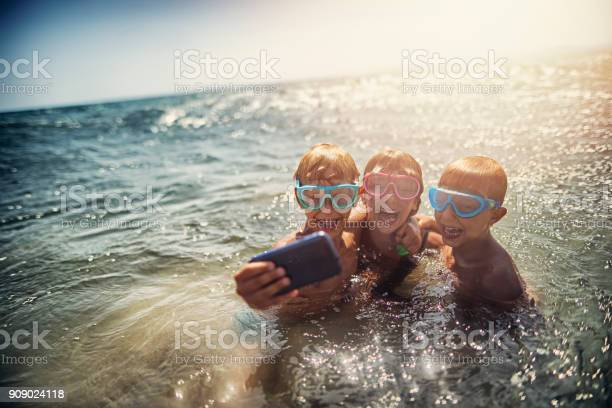 Family taking selfie on a beach in the evening picture id909024118?b=1&k=6&m=909024118&s=612x612&h=imagplrxpwsa9m pvfkyrkket4npo94kwugtkvymwtq=