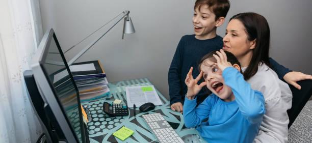 Familie im Videoanruf, während das Mädchen grimassiert – Foto
