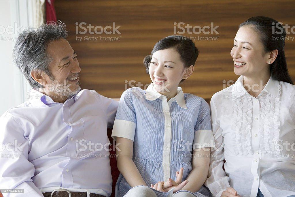ご家族に笑顔で話している - 20代のロイヤリティフリーストックフォト