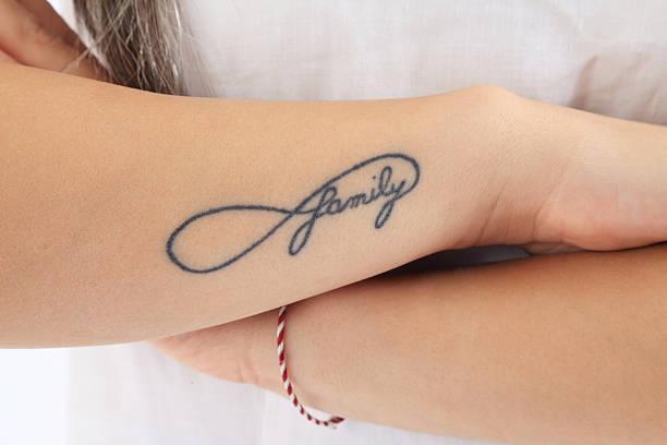 familie tattoo - - tattoos frauen arm stock-fotos und bilder