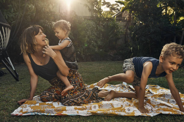 family ties - mãe criança brincar relva efeito de refração de luz imagens e fotografias de stock