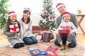 クリスマス パーティーをする家族