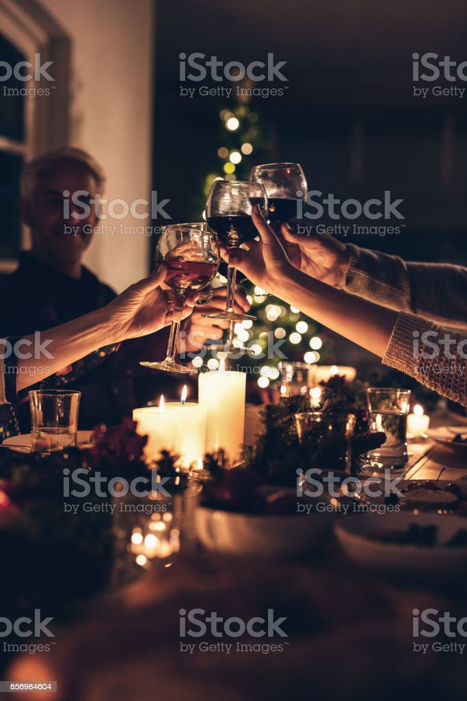 Famille portant un toast au dîner de Noël - Photo