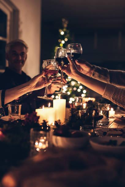 부품군 toasting 시 크리스마스 디너 제공 스톡 사진